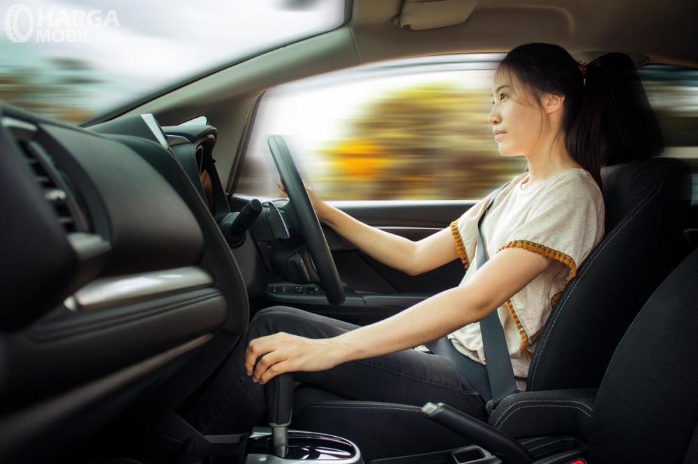 Foto seorang wanita tenang mengemudi