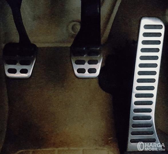 Gambar ini menunjukkan 3 pedal pada mobil meliputi pedal kopling, rem dan gas