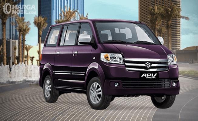 Gambar ini menunjukkan Suzuki APV Arena warna ungu tampak depan dan samping
