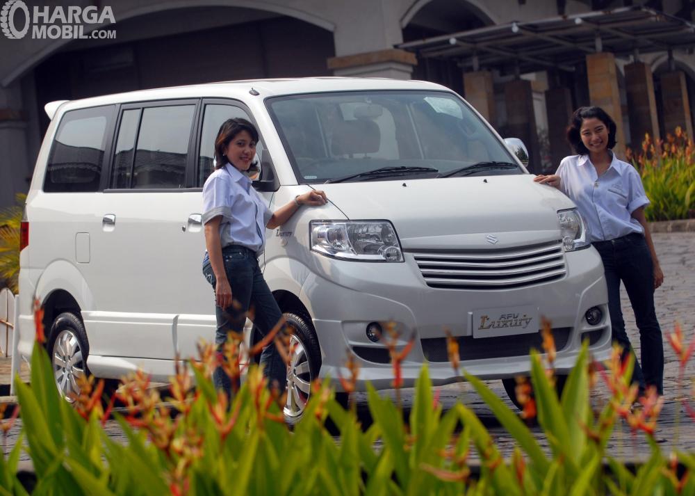 Foto Suzuki APV bersama model tampak dari depan