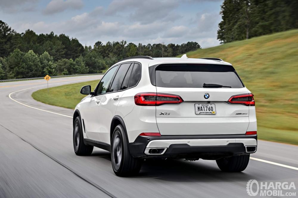 Foto BMW X5 2018 tampak dari samping belakang