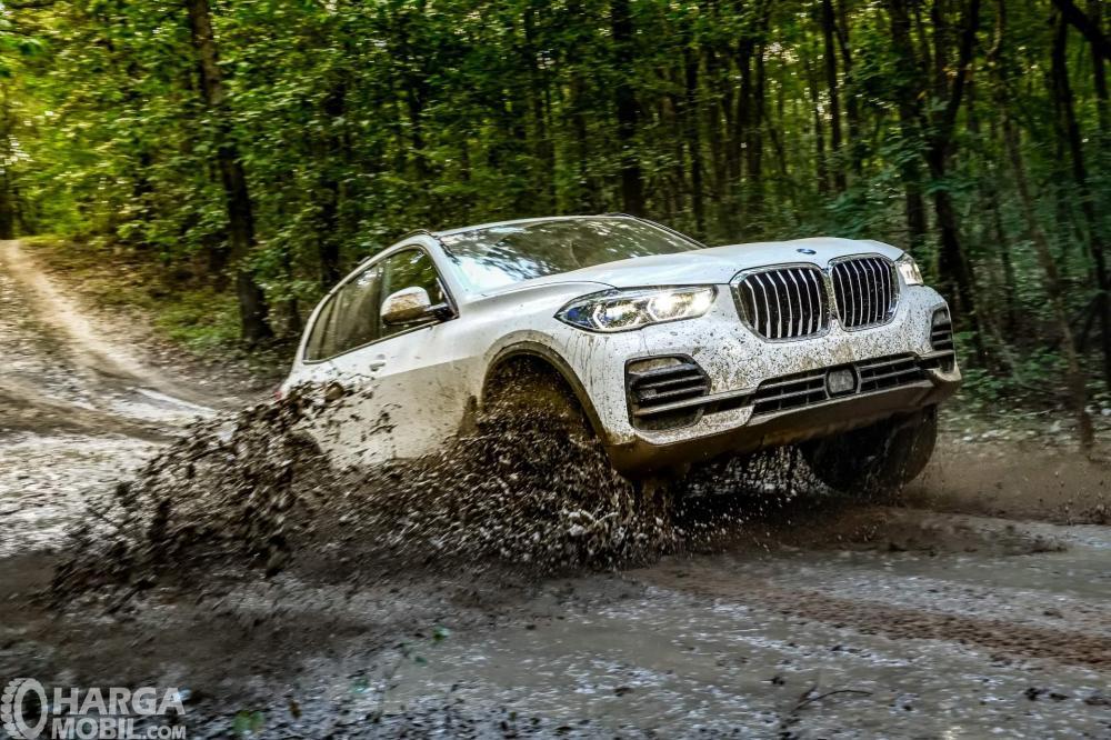 Foto BMW X5 2018 melibas jalanan off road