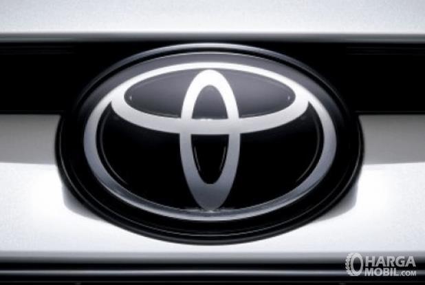Gambar ini menunjukkan logo Toyota yang terdapat pada Mobil bagian depan