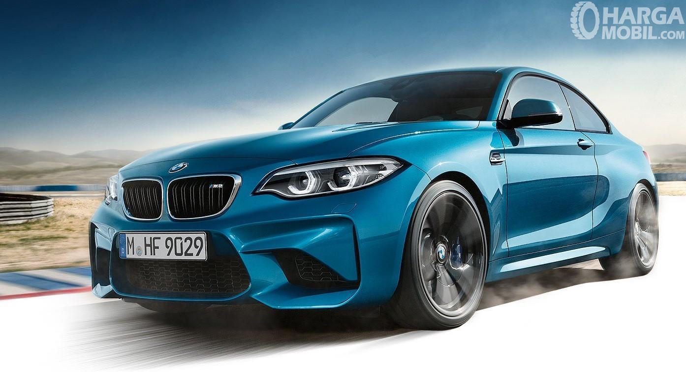 Foto BMW M2 Coupe 2018 berwarna biru tampak dari samping depan