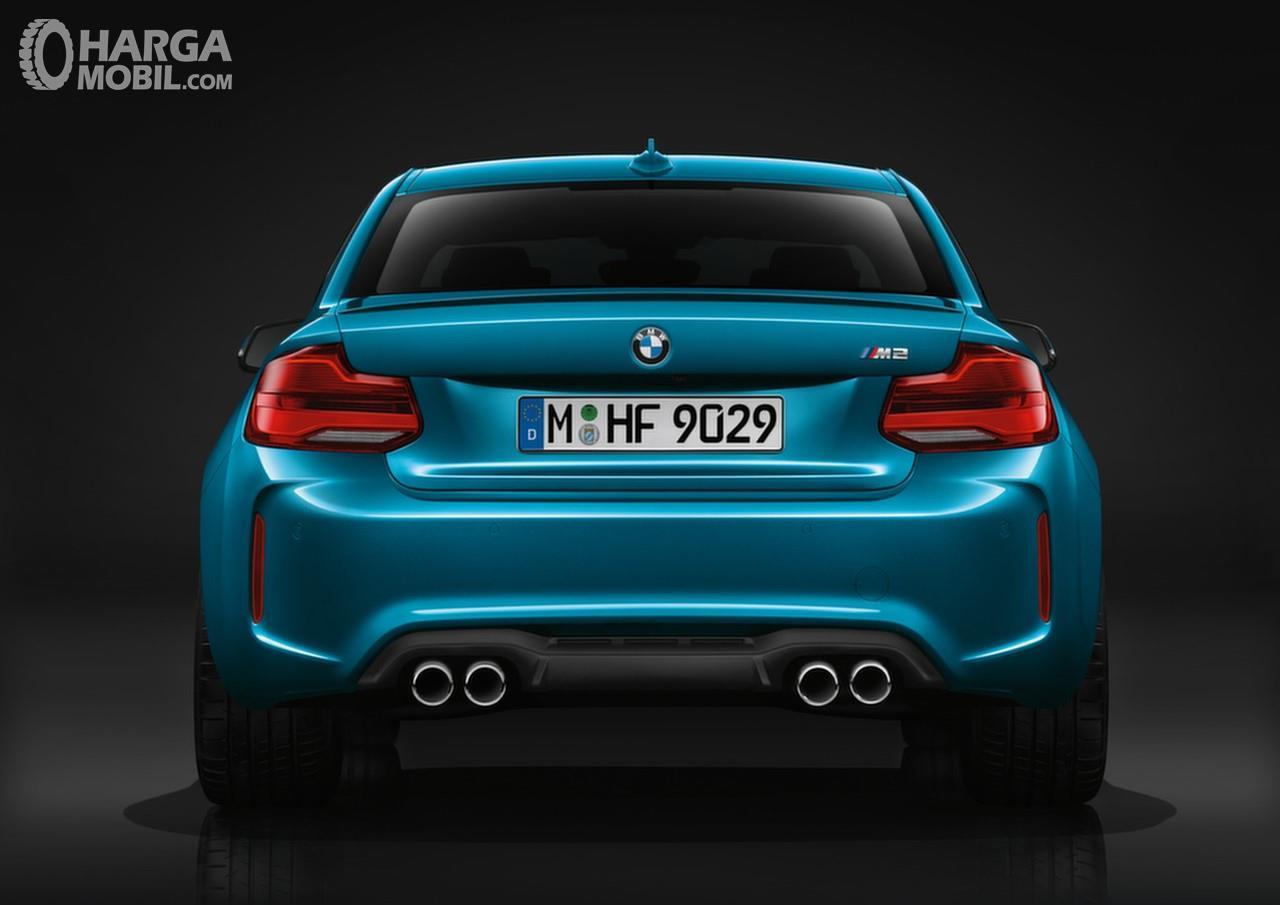 Foto BMW M2 Coupe 2018 tampak dari belakang