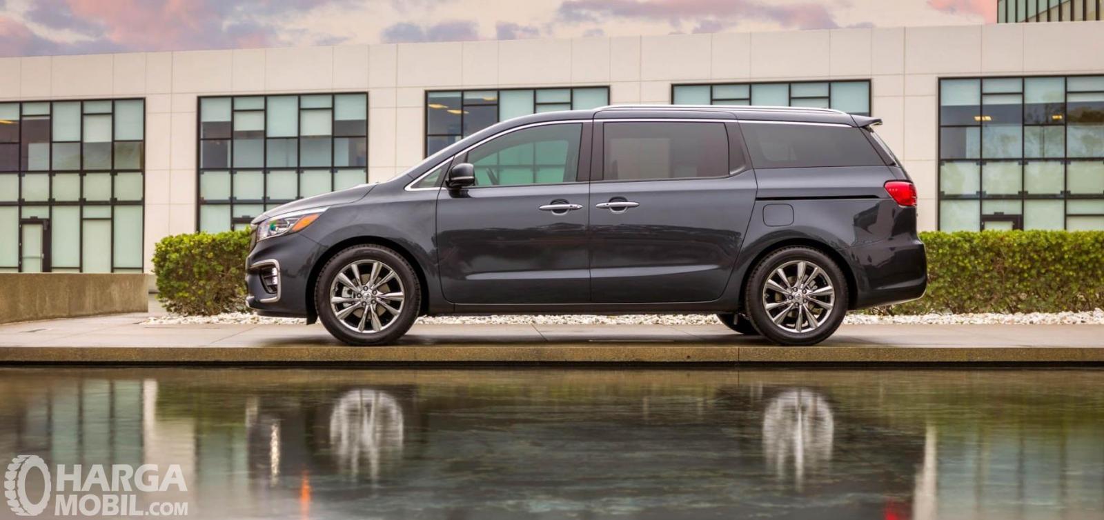 Eksterior samping KIA Sedona 2019 memiliki Wheelbase di angka 3.060 mm