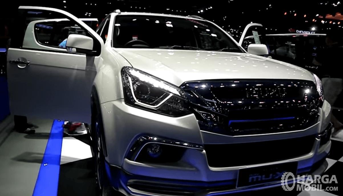 Gambar ini menunjukkan mobil Isuzu MU-X 2018 warna putih tampak depan dengan pintu terbuka