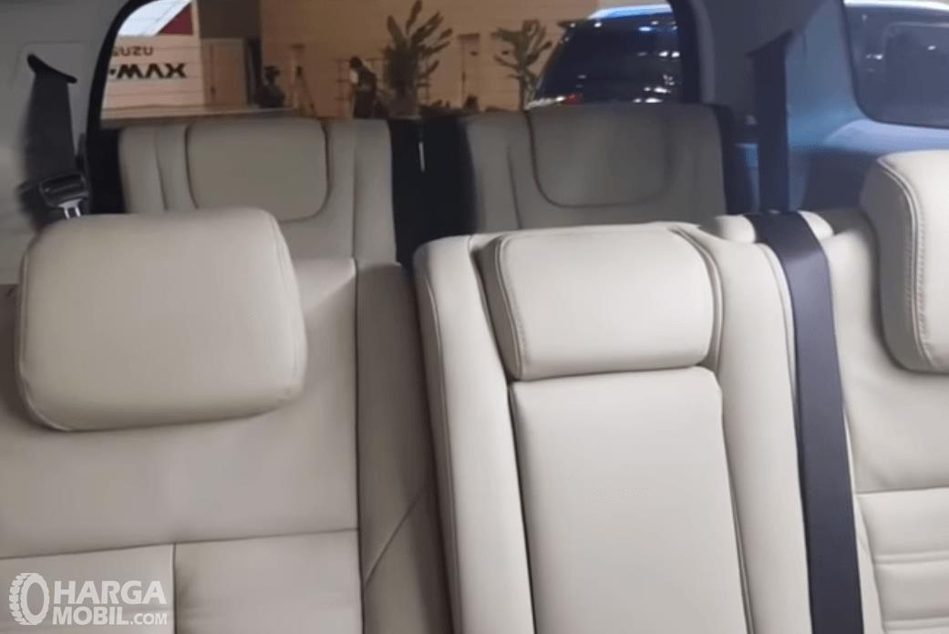 Gambar ini menunjukkan jok mobil pada mobil Isuzu MU-X 2018 dengan warna putih