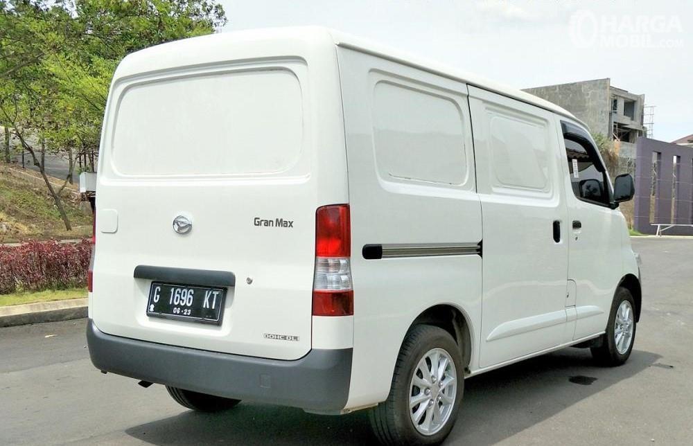 Foto Daihatsu Gran Max tampak samping belakang