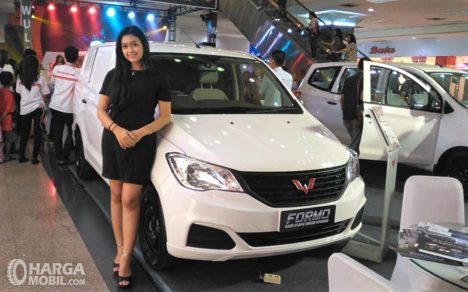 Foto Wuling Formo tampak dari samping depan bersama model