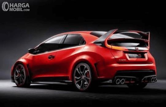 Gambar ini menunjukkan mobil Honda Civic type R 2018 dengan warna merah dan hitam tampak belakang