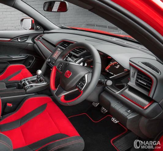 Gambar ini menunjukkan dashboard mobil dan juga kemudi mobil dengan berpadu warna merah dan hitam milik Honda Civic Type R