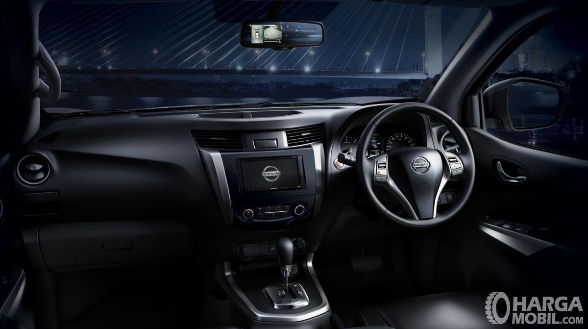 Dashboard Nissan Navara 2015 didominasi warna hitam