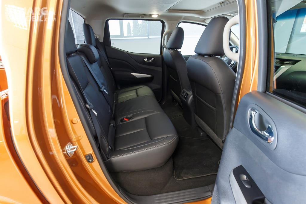 Kursi Nissan Navara 2015 mampu menampung hingga lima orang sekaligus