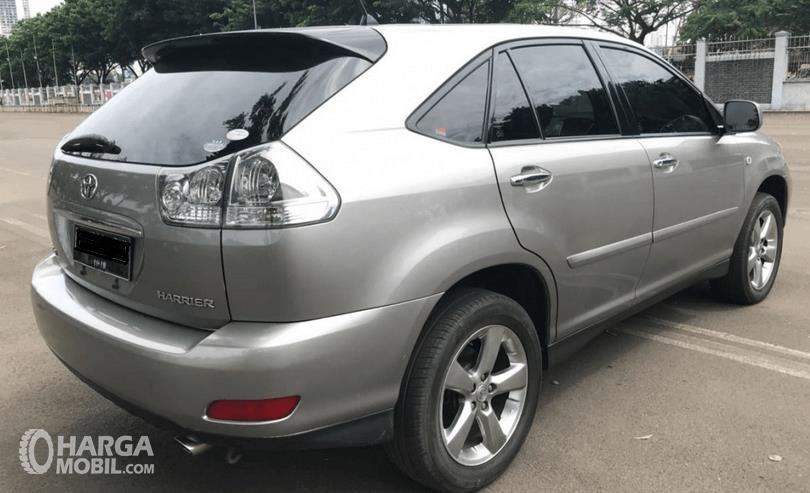 Gambar ini menunjukkan Toyota Harrir warna silver tampak bagian belakang dan samping kanan
