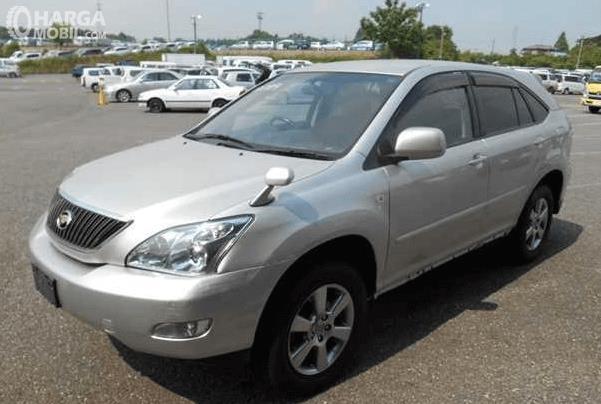 Gambar ini menunjukkan mobil Toyota harrier warna silver tampak depan dan samping kiri