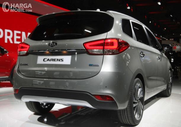 Gambar ini menunjukkan mobil KIA Carens warna silver tampak bagian belakang