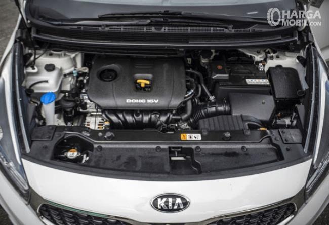 Gambar ini menunjukkan mesin mobil KIA Carens dan terlihat beberapa komponen di dalamnya