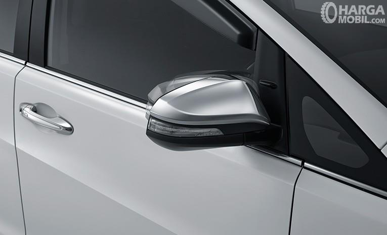 Eksterior samping Toyota Kijang Innova Q 2018 sudah menyajikan esensi praktis pada kaca spionnya