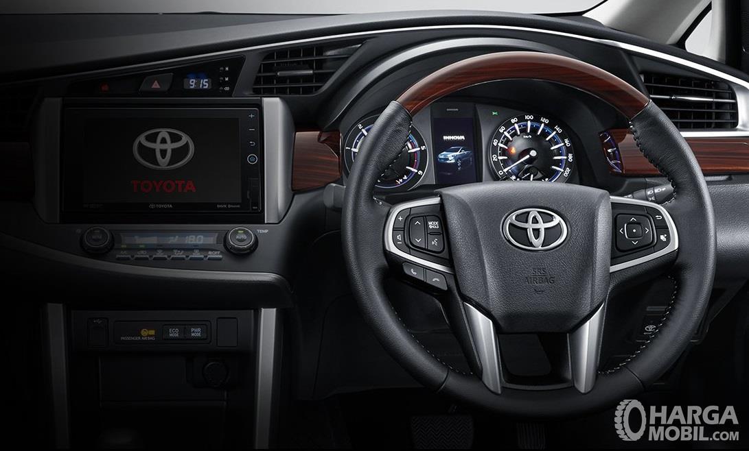 Setir Toyota Kijang Innova Q 2018 nampak elegan dengan aksen kayu berkualitas