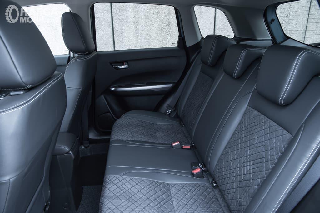 Kursi Suzuki Vitara 2019 mampu menampung hingga lima orang sekaligus dan dibekali bahan kain saja