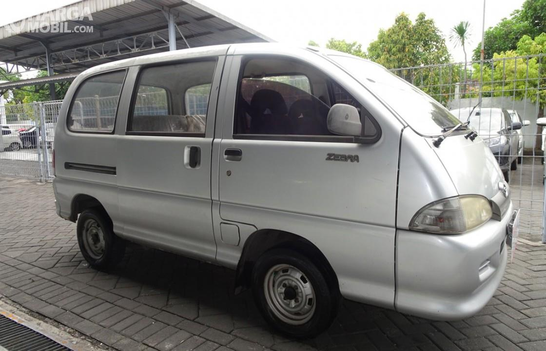 Foto Daihatsu Espass 2005 tampak dari samping depan
