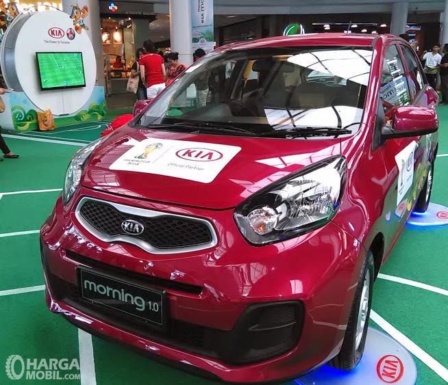 Gambar ini menunjukkan mobil KIA Morning 1.0 2014 warna merah