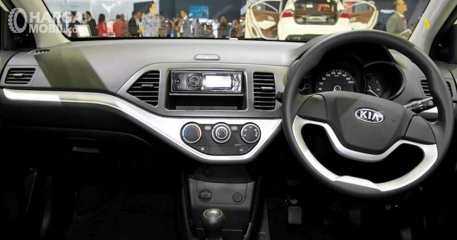 Gambar ini menunjukkan dashboard mobil dan kemudi serta head unit dan bagian lainnya pada bagian depan