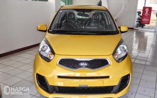 Gambar ini menunjukkan bagian depan mobil KIA Morning 1.0 2014 warna kuning
