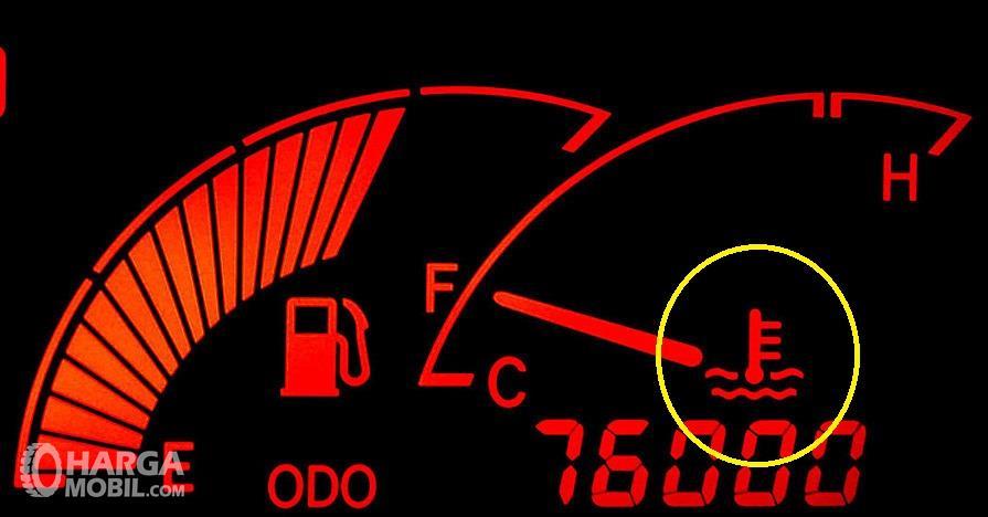 Foto indikator suhu pada mobil menyala merah