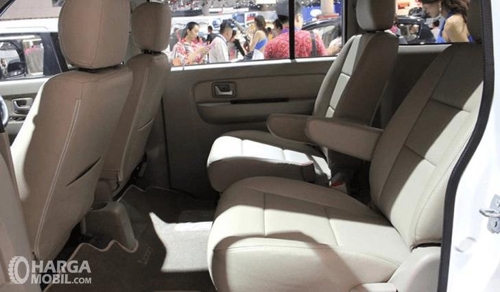 Gambar ini menunjukkan jok mobil baris kedua dan bagian depan milik Suzuki APV 2016