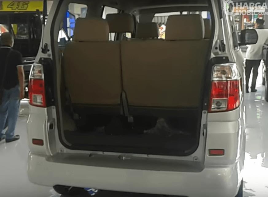 Gambar ini menunjukkan ruang bagasi mobil milik Suzuki APV 2016 dan terlihat joknya dari belakang
