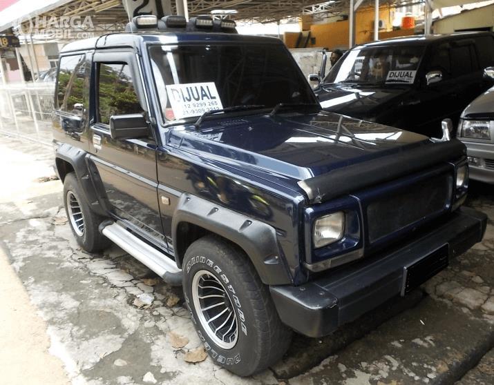 Gambar ini menunjukkan sebuah mobil jeep dengan tulisan mobil dijual di kaca