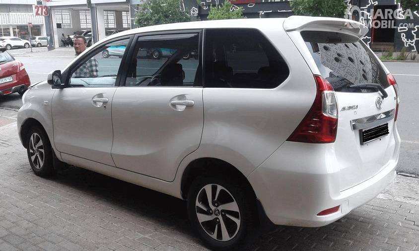 Gambar ini menunjukkan mobil Toyota Avanza 2016 warna putih tampak samping