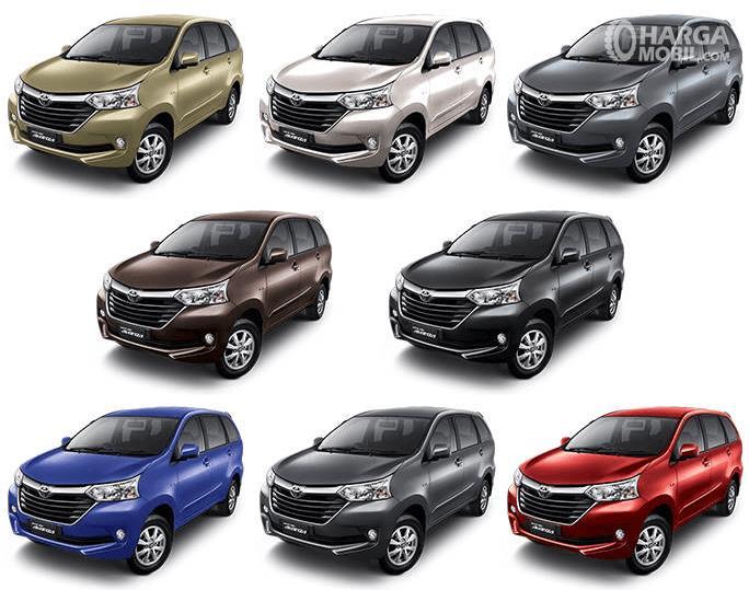 Gambar ini menunjukkan 8 buah mobil Toyota Avanza dengan warna yang berbeda
