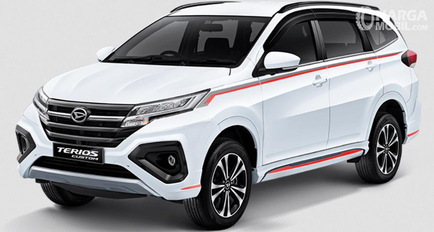 Gambar ini menunjukkan Daihatsu Terios Custom warna putih tampak depan