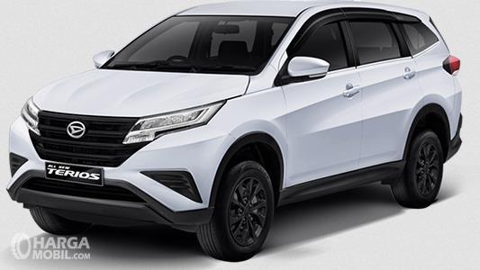 Gambar ini menunjukkan mobil Daihatsu Terios tipe X Deluxe warna putih tampak depan