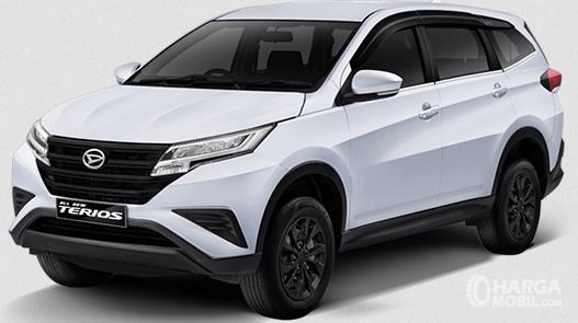 Gambar ini menunjukkan mobil Daihatsu Tipe X warna putih tampak depan