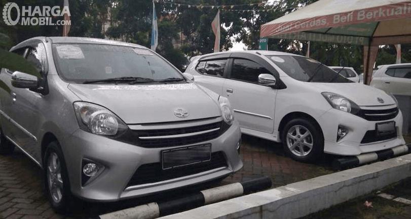 Gambar ini menunjukkan sebuah beberapa mobil warna putih sedang parkir