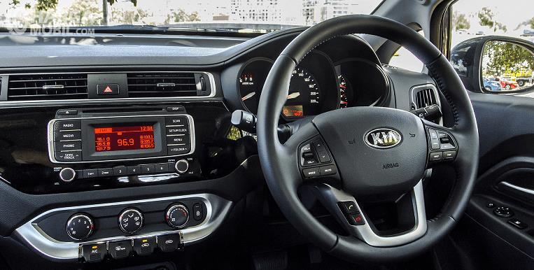Gambar ini menunjukkan dashboard mobil dan juga setir mobil serta head unitnya