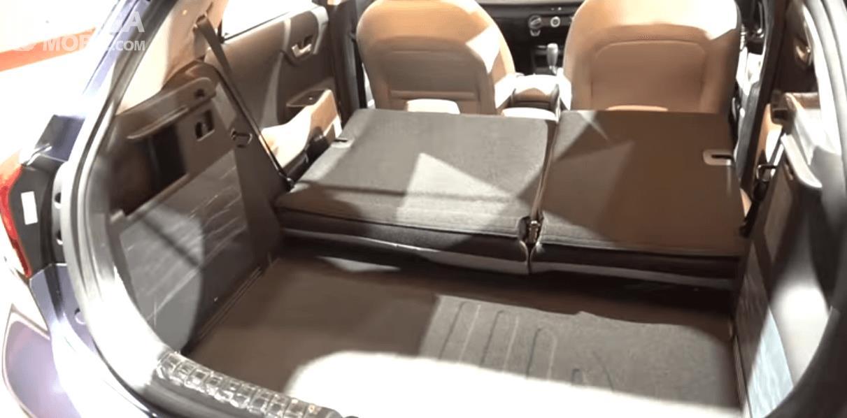 Gambar ini menunjukkan bagasi mobil yang terlihat kursinya dilipat sehingga lebih luas