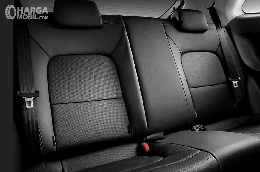 Gambar ini menunjukkan kursi belakang dengan fitur seat belt pada setiap kursinya