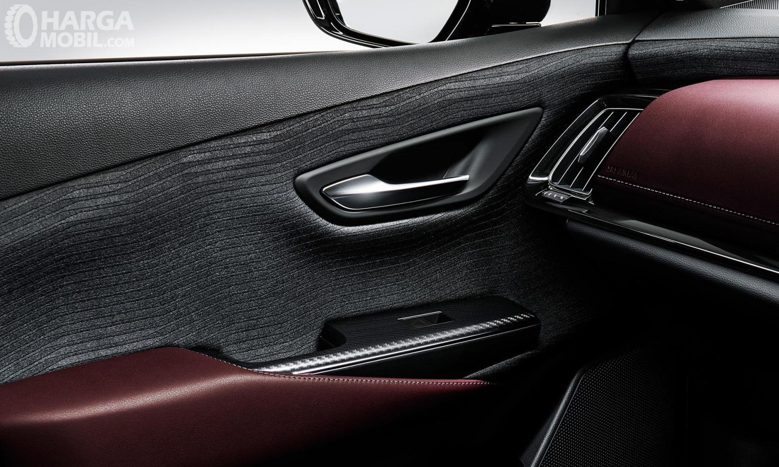 Trim interior Toyota Crown terlihat sangat mewah dan berkelas