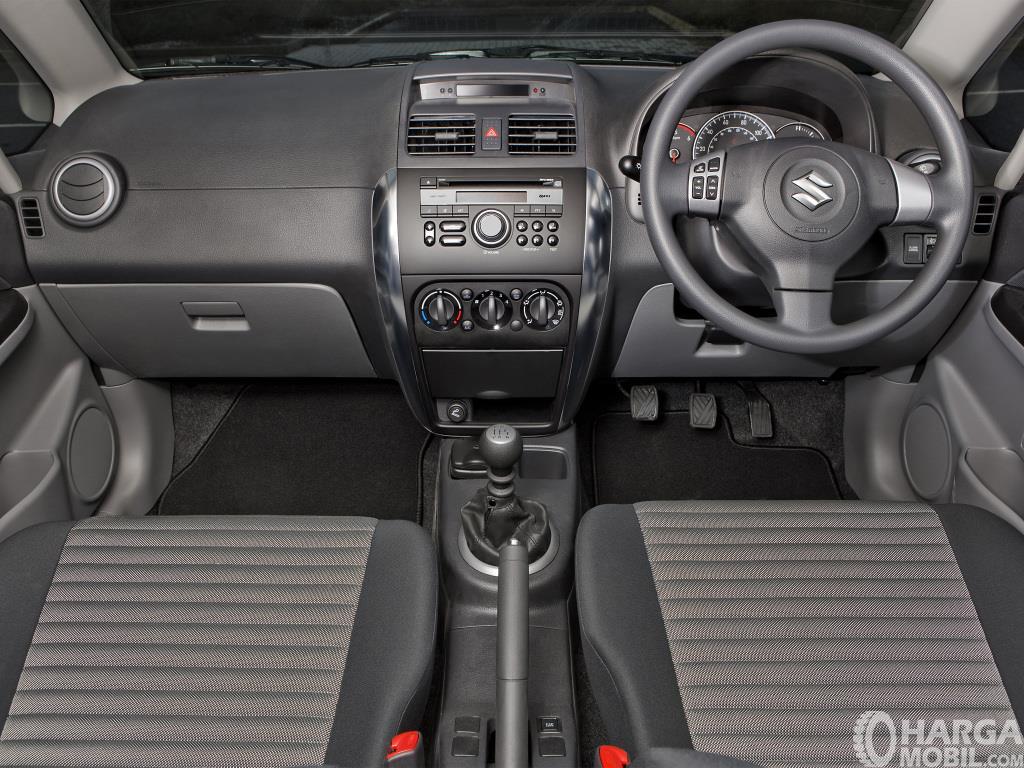 Dashboard Suzuki SX4 X-Over 2007 dihias dengan latar berwarna hitam yang terkesan sederhana