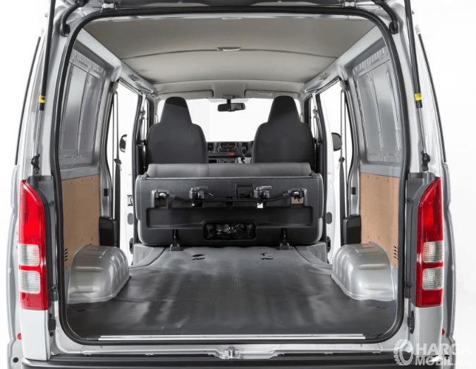 Gambar ini menunjukkan bagian kabin dari Toyota Hiace 2017 Indonesia yang luas dan tidak ada kursi belakang'