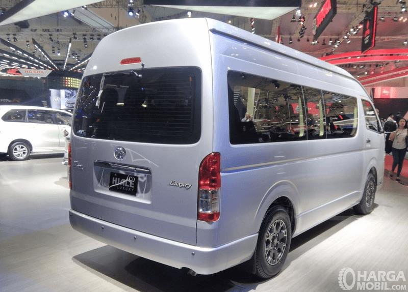 Gambar ini menunjukkan bagian belakang dan samping kanan Toyota Hiace 2017 Indonesia