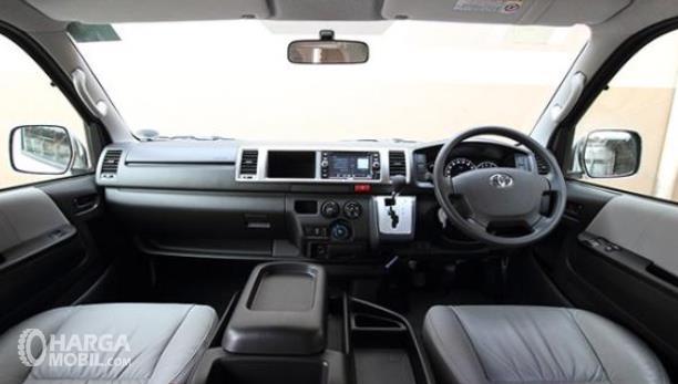 gambar ini menunjukkan bagian dashboard dan kemudi mobil dari Toyota Hiace 2017 Indonesia