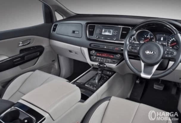 Gambar ini menunjukkan interior depan KIA Sedona 2016 dan terlihat kemudi dan dashbpoardnya