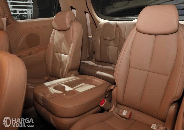 Gambar ini menunjukkan beberapa kursi di dalam mobil KIA Sedona 2016