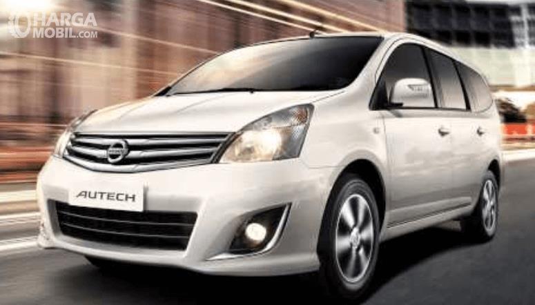 Gambar ini menunjukkan mobil Nissan Grand Livina Highway Star Autech tampak bagian depan dan samping kiri